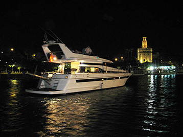 Foto nocturna del barco para party boat